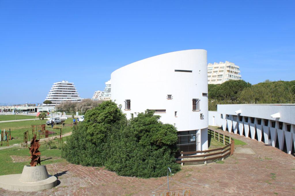 visiter la grande motte bâtiment du Point Zéro