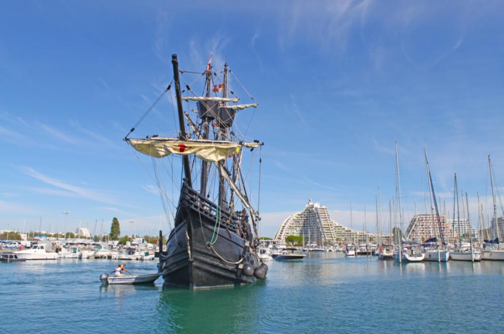 La Nao Victoria dans le port de La Grande Motte, avec la Grande Pyramide derrière