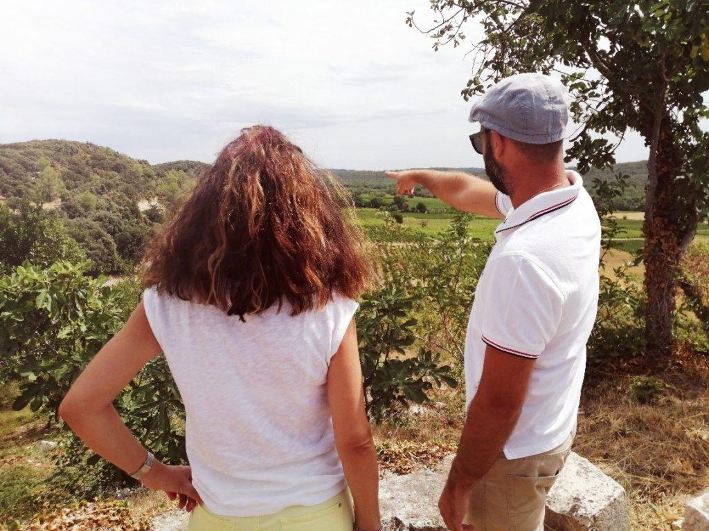 Deux personnes regardant la vue imprenable sur le vaste domaine depuis le château