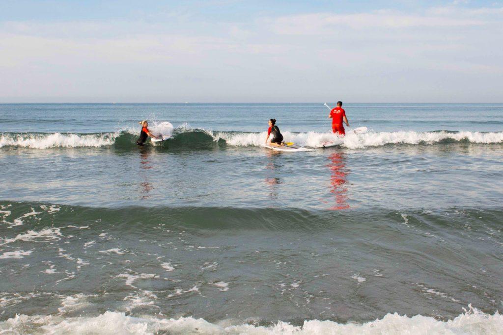 Tout le monde sur le paddle dans la mer