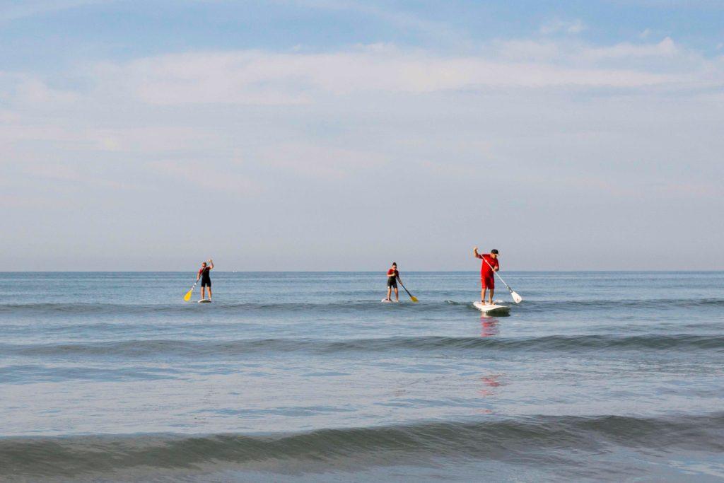 Trois personnes sur un paddle