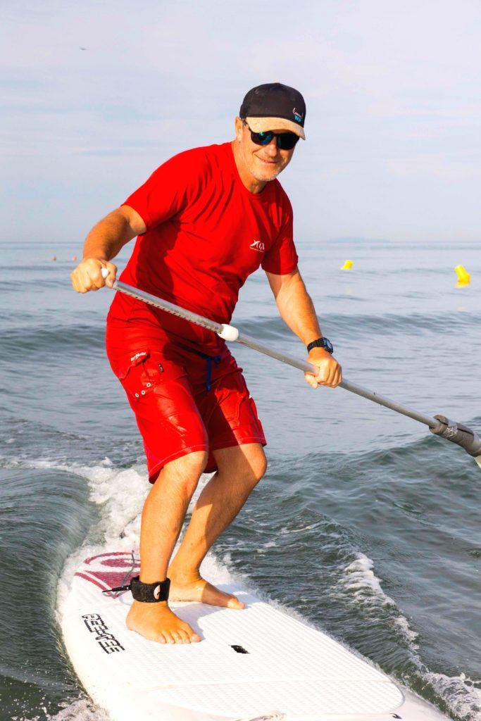 Le professeur sur son paddle