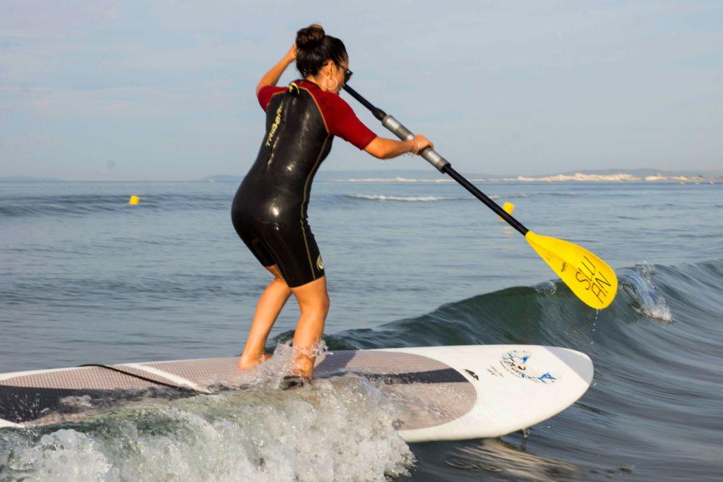 Élève se tenant en équilibre sur le paddle