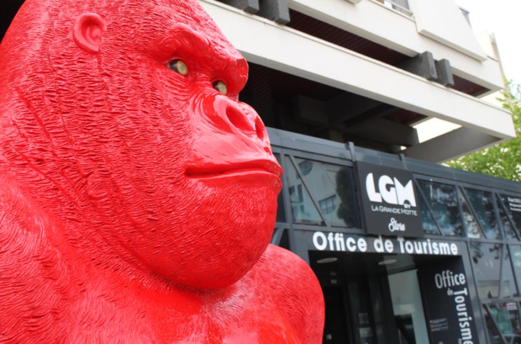 Gorille devant l'accueil de l'Office de Tourisme