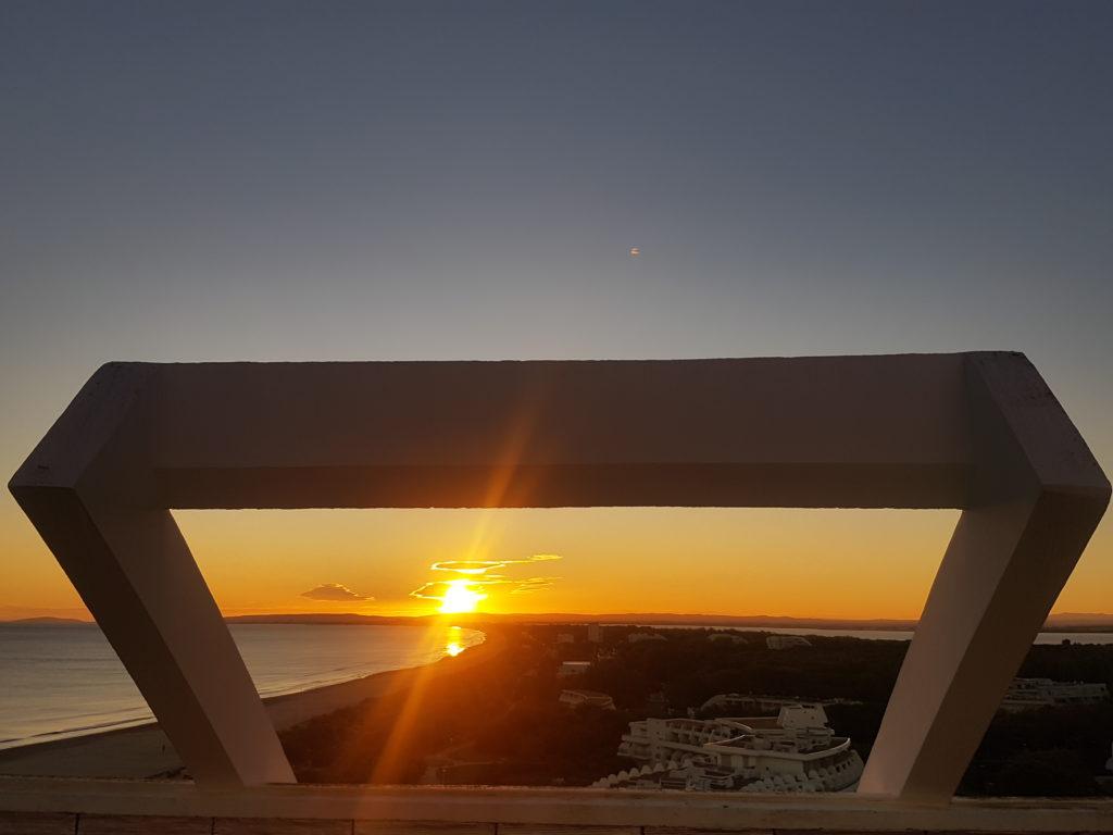Architecture sur palette d'automne pour un coucher de soleil